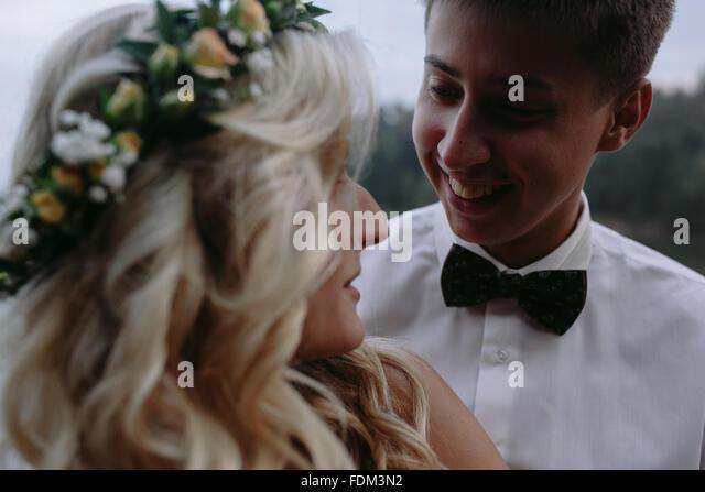 Brautpaar am See Stockbild