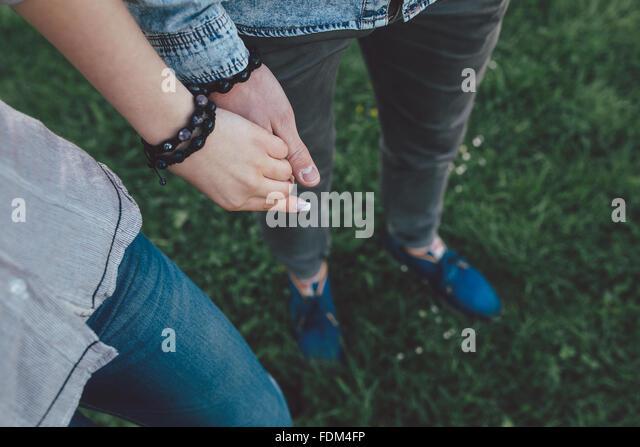 Glückliches Paar Hand in Hand Stockbild