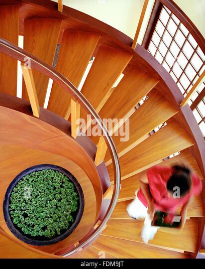 Eine Kellnerin trägt ein Getränk, eine Wendeltreppe im Inneren Prana Restaurant im Mandala Spa. Insel Stockbild
