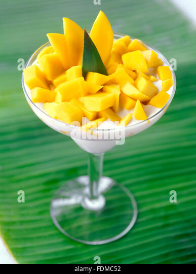Eine Kokosnuss Pannacotta Wüste mit frischer Mango Scheiben im Mandala Spa, Insel Boracay, Philippinen. Stockbild
