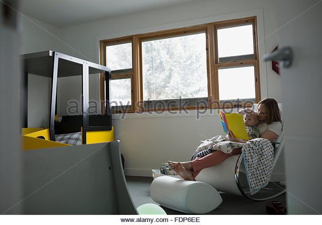 Mutter und Sohn lesen buchen im Schlafzimmer Stockbild