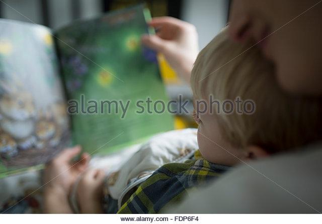Nahaufnahme, Mutter und Sohn-Lesebuch Stockbild