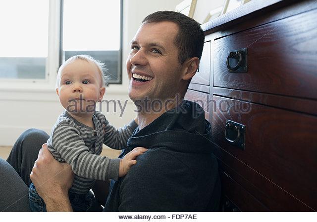 Lachen hält Baby Sohn Vater Stockbild