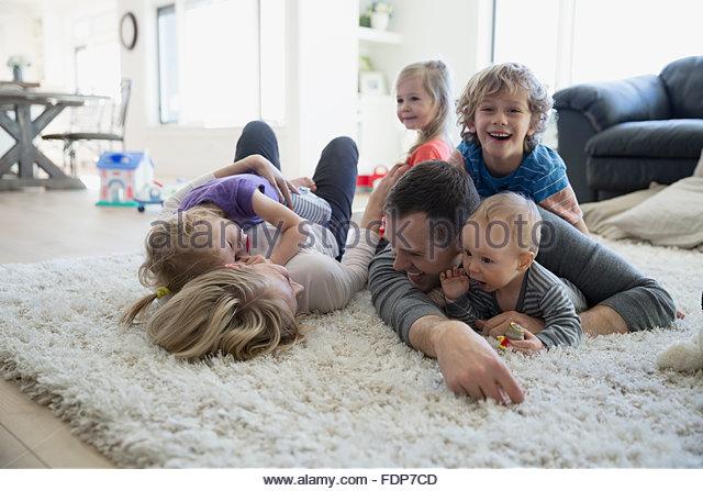 Familie legen und entspannen auf Shag Teppich Stockbild