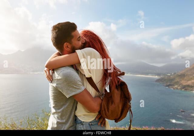 Portrait über ein glückliches junges Paar eine romantische Umarmung im Freien zu genießen. Junger Stockbild