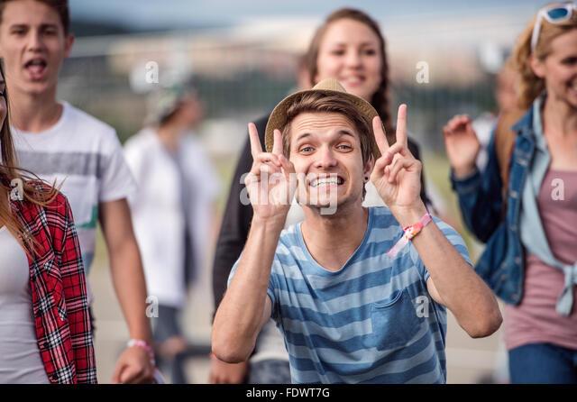 Schöne Teenager beim Sommerfest Stockbild