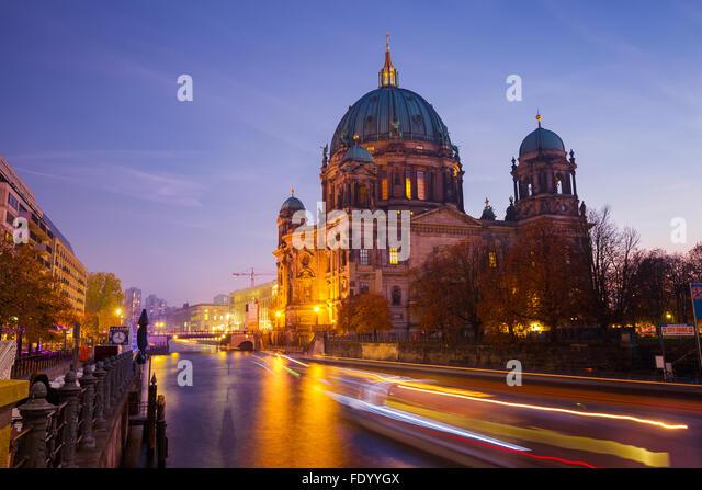BERLIN, Deutschland - 31. Oktober 2015: Nachtansicht des Berliner Doms am Ufer der Spree. Stockbild