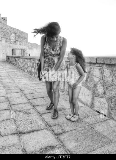 Frau und Mädchen an windigen Tag Stockbild