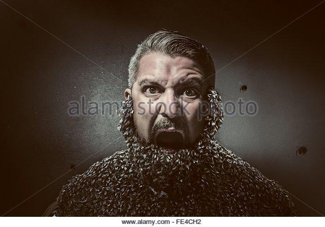 Bizarre Schuss des Mannes mit Bienenschwarm bedeckte sein Gesicht Stockbild