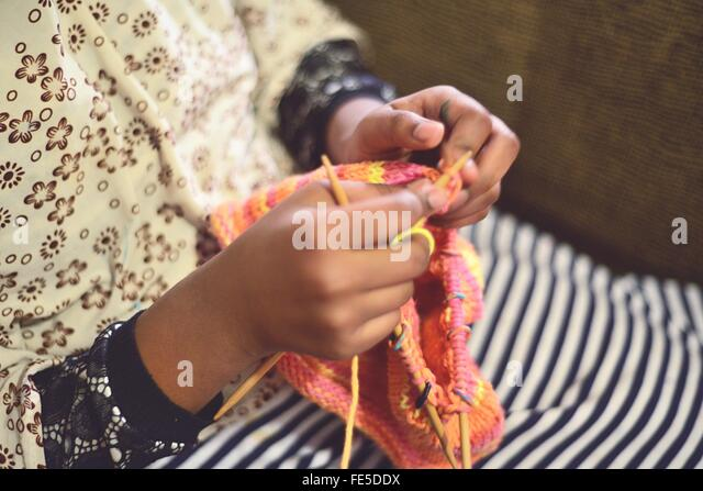 Frauenhand stricken Stockbild
