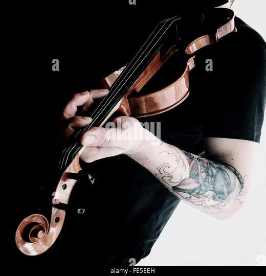 Männliche Geiger spielen Violine Stockbild