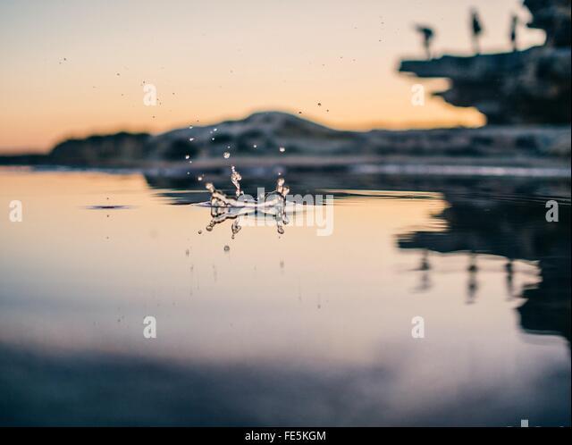 Ebene Oberflächenansicht von Tropfen fallen in See in der Abenddämmerung Stockbild