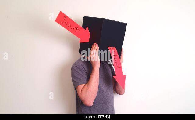 Mann trägt Box mit Input und Output-Pfeil-Symbol vor weißem Hintergrund Stockbild