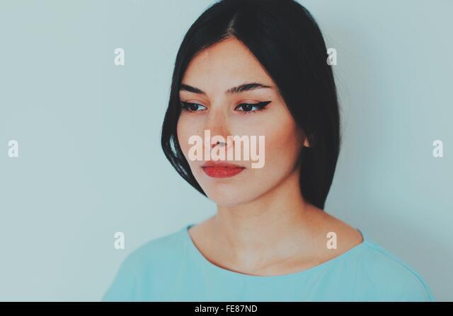 Nahaufnahme der jungen Frau auf der Suche nach Stockbild
