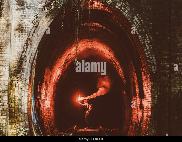 Mann mit Fackel im Tunnel Stockbild
