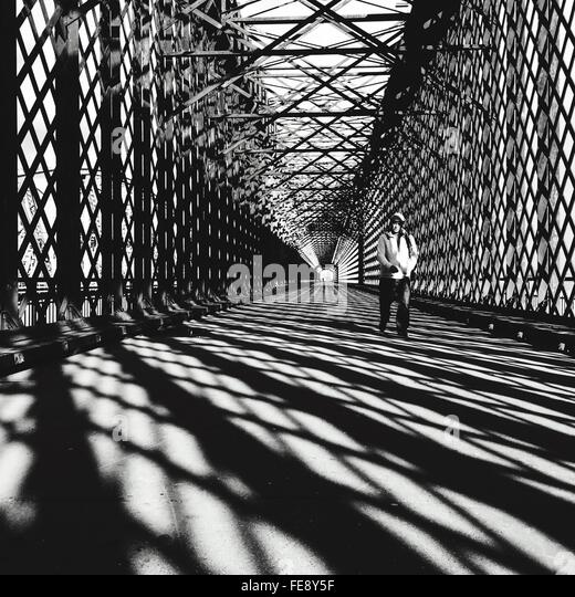 Mann zu Fuß auf die Brücke Stockbild