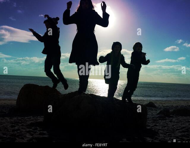 Menschen, die genießen, am Strand gegen Himmel Stockbild
