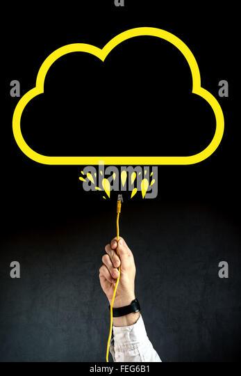 Geschäftsmann LAN Kabel verbinden mit Cloud-Service, Internet-Technologie Cloud-computing-Konzept, Business Stockbild