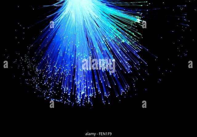 Beleuchtete Glasfaser vor schwarzem Hintergrund Stockbild