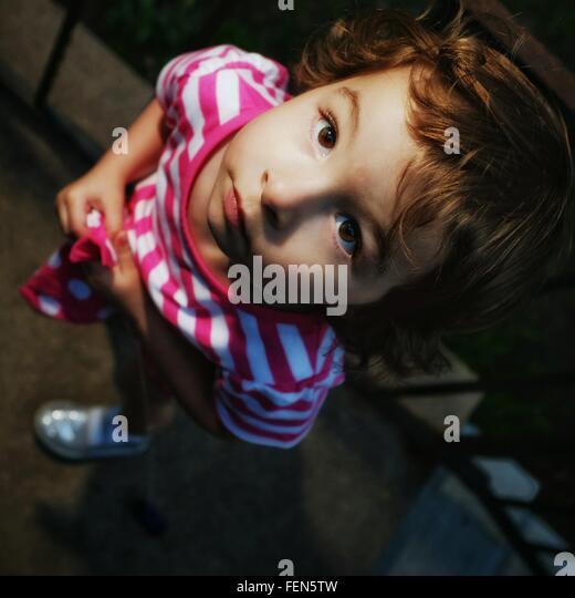 Direkt über dem Blick des Mädchens nachschlagen Stockbild