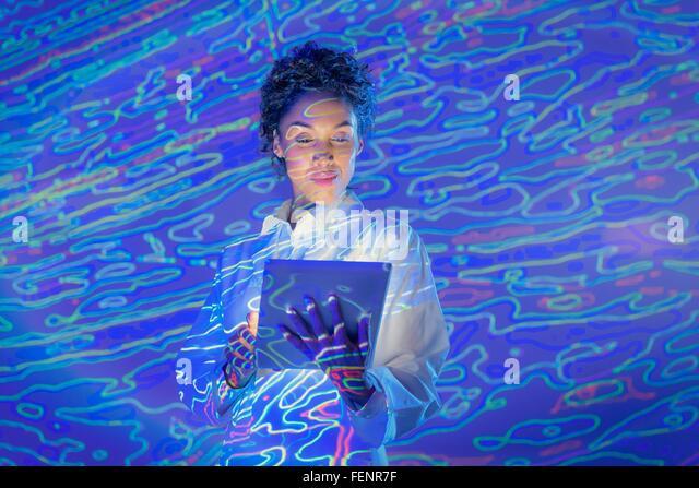 Wissenschaftlerin mit digital-Tablette und geologischen Grafikdaten Projektion Stockbild