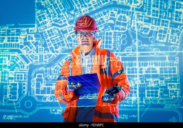 Ingenieur mit digital-Tablette und projizierte Pläne, Porträt Stockbild