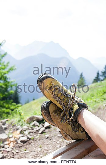 Entspannung in ländlicher Umgebung, Schwerpunkt Füße junger Mädchen Stockbild