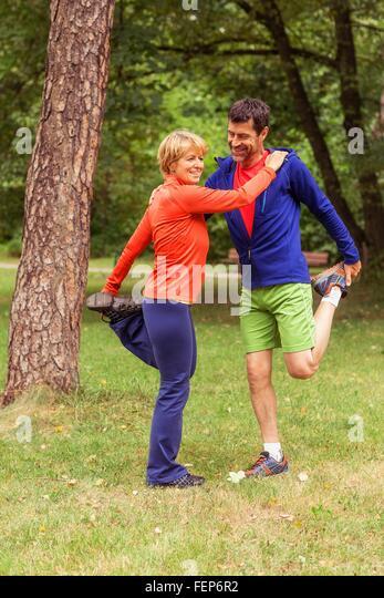 Paar, Training, stretching, im freien Stockbild