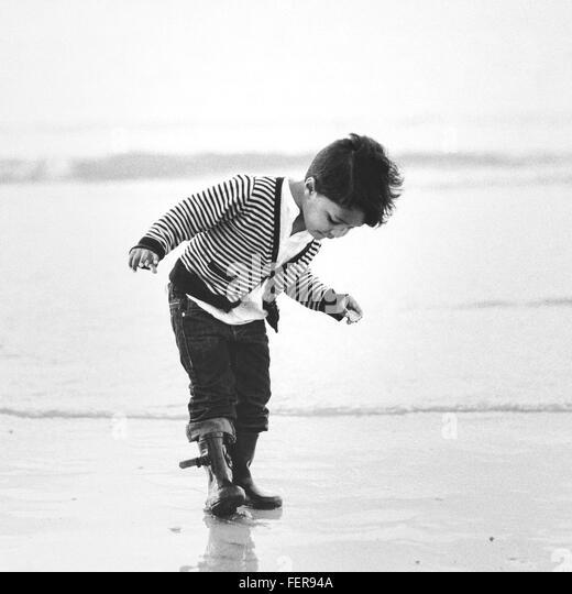 Gesamte Länge der junge am Ufer am Strand Stockbild