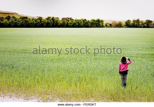 Mädchen stehen auf Wiese Stockbild