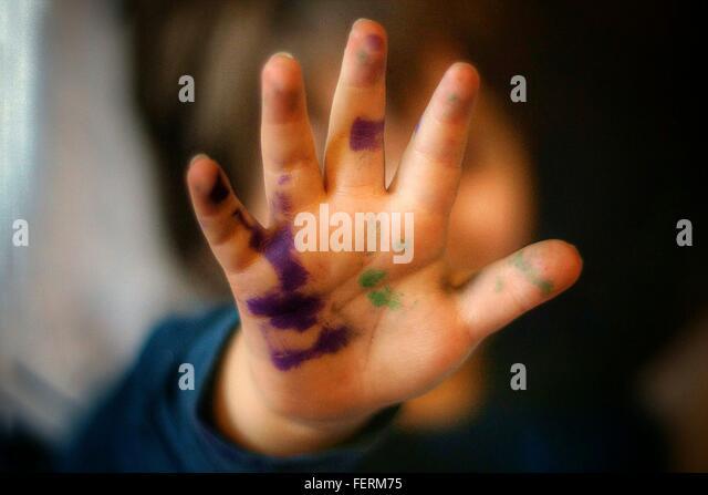 Nahaufnahme von Kinderhand gemalte Stockbild
