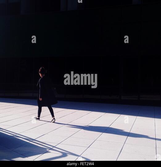 Seitenansicht einer Frau zu Fuß unterwegs Stockbild