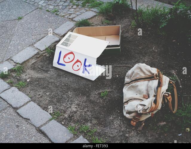 Schauen Sie auf Pappe geschrieben von verlassenen Tasche Stockbild