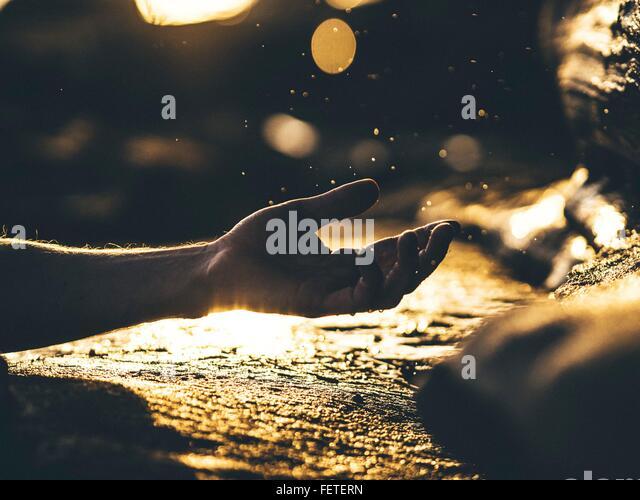 Menschliche Hand In Geste, reflektierende Oberfläche Stockbild