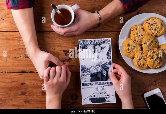 Mans und Womans Hände. Schwarz-weiß-Foto. Paar. Tee und Gebäck. Stockbild