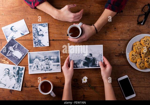 Mans und Womans Hände. Schwarz-weiß-Fotos. Paar. Tee, Kekse, Telefon. Stockbild