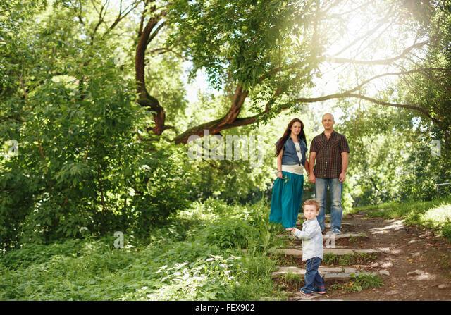 Glückliche Familie Spaß im Freien. Schwangere Frau, Mann und niedlichen kleinen Jungen. Natürliche Stockbild