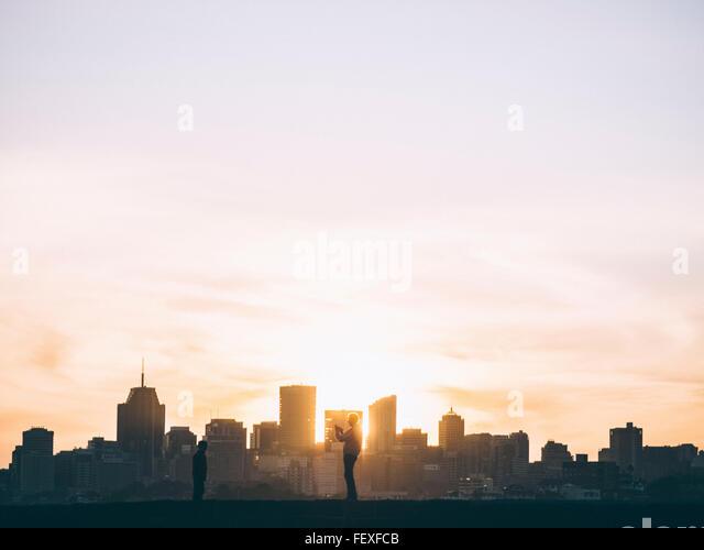 Blick auf die Wolkenkratzer In der Stadt in der Abenddämmerung Stockbild