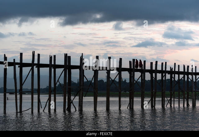 U Bein Brücke - die längste Teakholz Fußgängerbrücke der Welt - in der Morgendämmerung, Stockbild