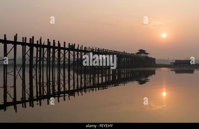 Sonnenaufgang über dem U Bein Brücke - die längste Teakholz Fußgängerbrücke der Welt Stockbild