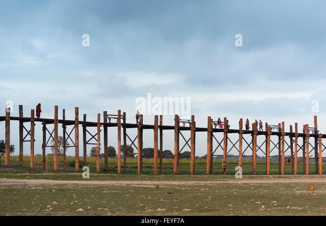 Menschen überqueren U Bein Brücke - die längste Teakholz-Fußgängerbrücke in der Welt, Stockbild