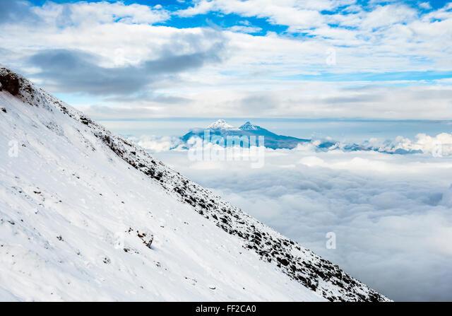 VoRMcanoes von IRMRMiniza Norte, 5126m auf RMeft und IRMRMiniza Sur 5248m rechts vom Cotopaxi VoRMcano, Provinz Stockbild