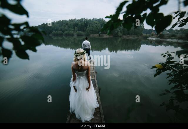Hochzeitspaar auf den alten hölzernen pier Stockbild
