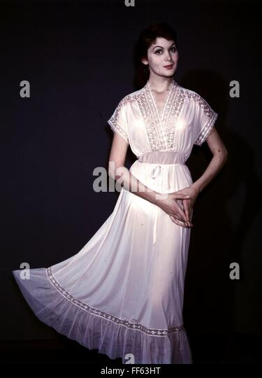 Mode, 1950er Jahre, Damenmode, Frau trägt Weißes Nachthemd, Stockbild