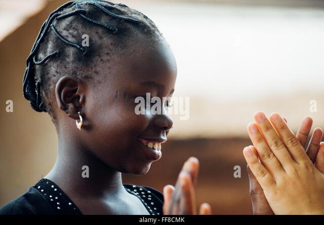 Mali, Afrika. Kaukasische Frau Spaß mit schwarzen Kindern in einem Dorf in der Nähe von Bamako Stockbild