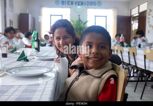 Weiße Reife Frau mit ihrem Latein adoptierte jungen bereit, das Waisenhaus zu verlassen, während des Wartens Stockbild