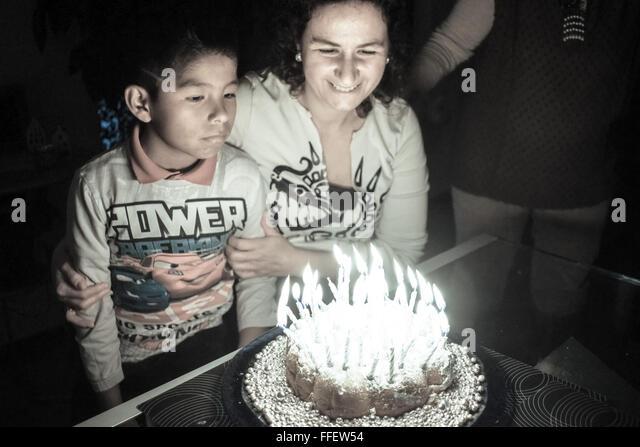 Weiße Reife Frau mit ihrem Latein adoptierte jungen feiert Geburtstag Stockbild