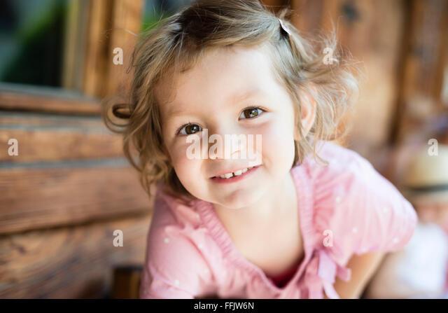 Porträt von kleinen Mädchen mit blonden Haaren Stockbild