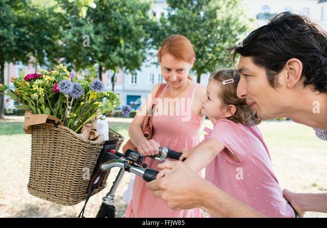 Familie mit zwei Kindern und Fahrrad Stockbild