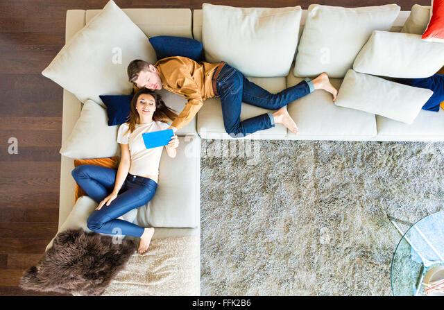 Paar erholsame in moderner Wohnung Stockbild